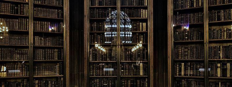 Foto de libros en una biblioteca. Foto de